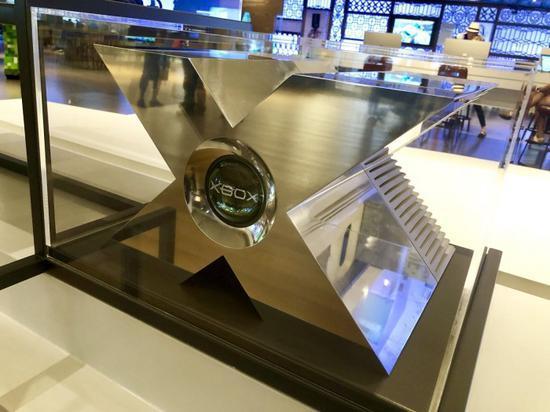 微软在访客中心展出原型Xbox,超大的铝合金原型亮眼